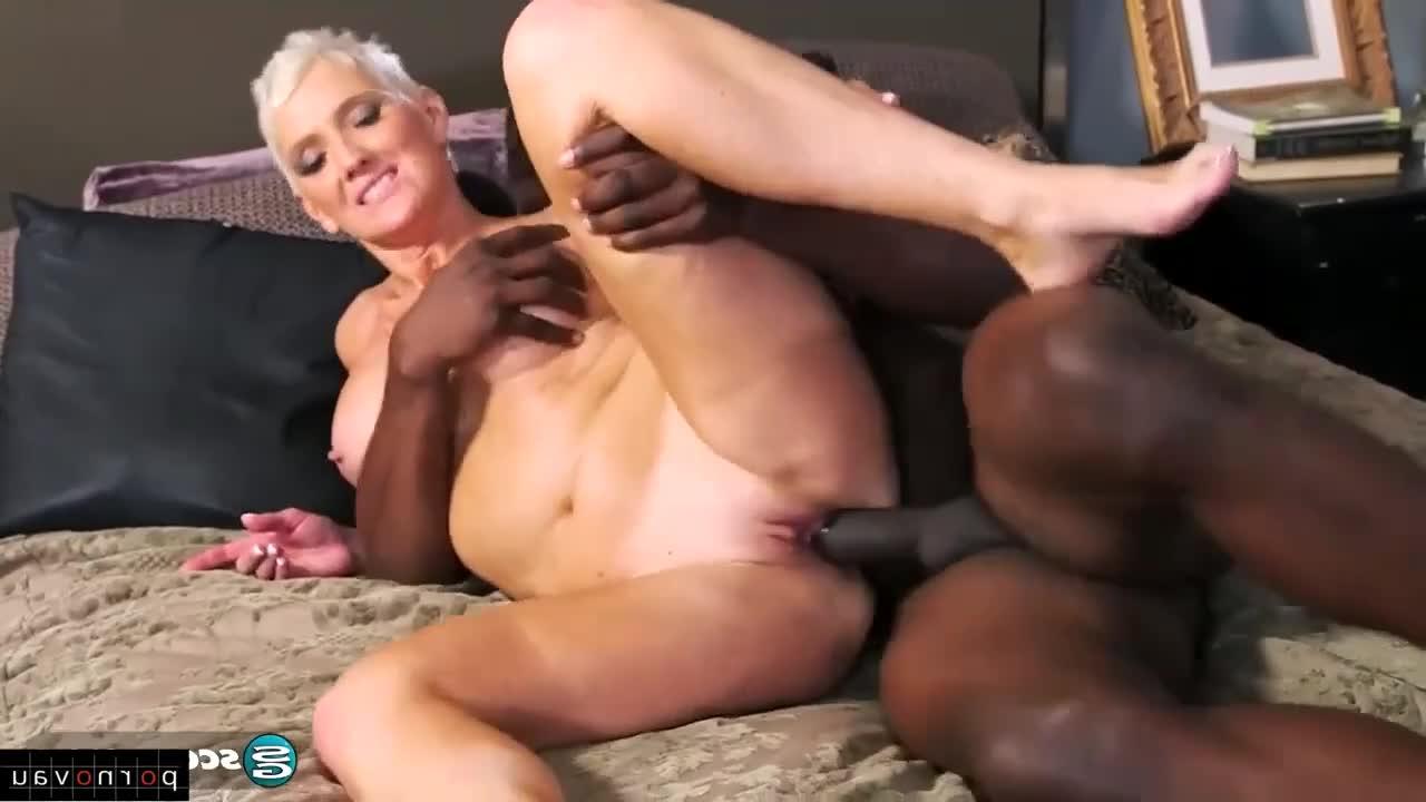 Zralá žena mrdá s černochem